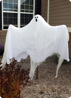 Halloween yard ghost on a post - too late this year, will have to do next year for sure