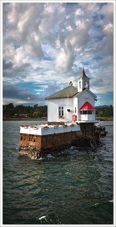 Dyna Leuchtturm direkt im Oslofjord vor der Insel Bygdøy. Photo: Adam Welber