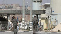 L'assaillant, un Juif de Cisjordanie, a été grièvement blessé par les troupes israéliennes au checkpoint Hizmeh ; aucun soldat n'est blessé