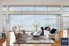 A wide group of windows can look so much cleaner and elegant when they're addressed as one big window 😉 nn#interiordesign #windowtreatments #hunterdouglas #windowcoverings