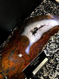Décidemment, le Brésil est l'un des pays les plus riche en matière de minérau précieux. Cette magnifique tranche d'agate et de quartz à une forme des plus intéressante.