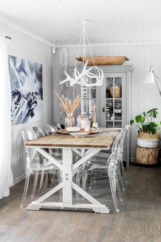 Kjøkkenet er lyst og koselig. Bordet er arvegods fra Vågå og benken er kjøpt i en antikvitetsbutikk på Raufoss. Rundt bordet står to Tolix stoler og en pinnestol fra Anyas familie, og i taket henger en Conia lampe fra Vita.Bli med inn til fotokunstneren bak Kviitkrull og alle de vakre bildene du sikkert drar kjensel …