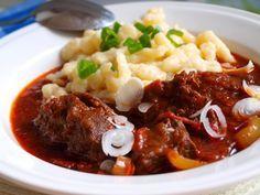 Dělávala ho moje maminka,právě s haluškami a byl skvělý!!!! Jako malá jsem nepotřebovala ani to maso, stačila mi jen šťáva a halušky. Autor: Naďa I. /Rebeka/ Top Recipes, Cooking Recipes, Czech Recipes, Ethnic Recipes, What To Cook, Food 52, Main Meals, Pot Roast, Food Videos