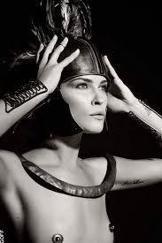 """Karl Lagerfeld - Pirelli Calender """"Mythology"""" - 2011  De Pirellikalender is een exclusieve kalender die sinds 1964 in een gelimiteerde oplage jaarlijks wordt uitgebracht door de Italiaanse bandenfabrikant Pirelli. De kalender wordt niet verkocht maar als relatiegeschenk weggeven aan relaties. Mode-ontwerper en fotograaf Karl Lagerfeld fotografeerde topmodellen en actrices als Griekse en Romeinse goden helden en mythen. Hij heeft deze kalender de naam """"Mythology"""" gegeven. Als modellen werden…"""