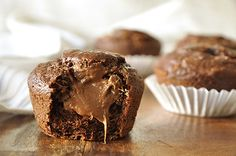 Chocolate banana muffins stuffed with hazelnut / Nutella-filled chocolate banana muffins Muffin Recipes, Cake Recipes, Dessert Recipes, Chocolate Banana Muffins, Nutella Recipes, Relleno, Just Desserts, Love Food, Sweet Recipes