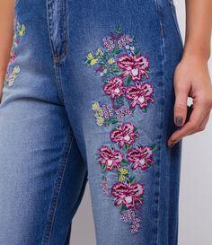 Calça feminina  Com bordados  Com cintura alta  Marca: Blue Steel  Tecido: jeans  Modelo veste tamanho: P     Medidas da modelo:     Altura: 1.72  Busto: 78  Cintura: 59  Quadril: 91  Manequim: 36    Veja outras opções de    calças femininas   .