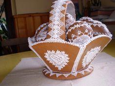 GINGERBREAD HOUSE~Gingerbread basket/košík Christmas Gingerbread House, Gingerbread Cake, Christmas Crafts, Gingerbread Houses, Flower Cookies, Easter Cookies, Cute Cookies, Rabbit Cake, Vintage Cookies