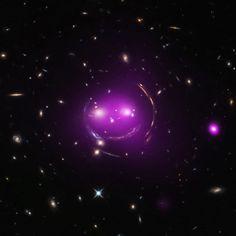 """Sorriso galattico  Immagine composta NASA/CXC/UA/J.Irwin et al e NASA/STSCI  Il gruppo di galassie soprannominate Gatto dello Cheshire risplende di raggi X (in viola). Il """"sorriso"""" della formazione celeste, che deve il suo nome al personaggio di  Alice nel paese delle meraviglie , è"""