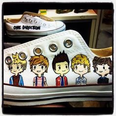 One direction - custom LO top converse-- hahaha i would die! One Direction Shoes, One Direction Fandom, Red Converse, Outfits With Converse, Diy Clothes Bag, Painted Toms, Only Shoes, 1d And 5sos, Custom Shoes