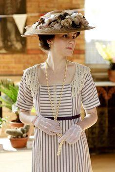 Michelle Dockery as Lady Mary Crawley on Downton Abbey Season Lady Mary Crawley, Watch Downton Abbey, Downton Abbey Fashion, Downton Abbey Mary, Downton Abbey Season 1, Moda Retro, Moda Vintage, Dame Mary, Edwardian Fashion