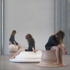 Embracing Touch - collection de trois sièges formés par la courbe des jambes de la designer Marija Puipaitė