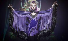Modelo apresenta criação do estilista Custo Dalmau durante desfile com roupas inspiradas em desenhos da Disney, na Disneylândia em Paris