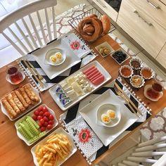 Planning A Perfect Breakfast Breakfast Table Setting, Breakfast Platter, Breakfast Toast, Breakfast Presentation, Food Presentation, Iftar, Turkish Breakfast, Breakfast Bread Recipes, Perfect Breakfast