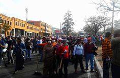 El pueblo, que no guarimbea, limpia Mérida de escombros dejados por los terroristas violentos de las guarimbas.