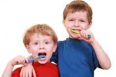 Lapset hammaspesulla