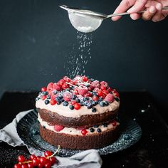 Brownie cake with cocoa cream and fresh berries - trickytin .- Brownie Torte mit Kakaocreme und frischen Beeren – trickytine brownie cake with cocoa cream and fresh berries - Receita Red Velvet, Torte Au Chocolat, Cake Cookies, Cupcakes, Mince Pies, Brownie Cake, Eat Cake, Cake Recipes, Brownie Recipes