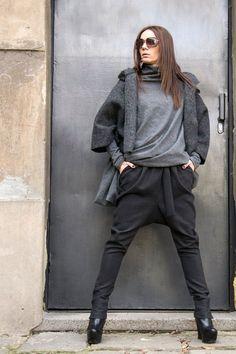Dieses fabelhafte dunkelgrau Drop Crotch Hosen werden Ihre Must have Kleidungsstück für die neue Saison... So Zeit bequem und einfach zu tragen zur gleichen einen Hauch von Eleganz und Stil... Tragen Sie ihn mit extravaganten Tunika, Turnschuhe,, Keile, Lieblings-Tee oder Top, oder Hoodie oder Pullover... oder was sonst Sie im Auge haben werden immer einfach perfekt... Größe (S, M, L, XL) Stoff-Rohwolle Messungen (Messungen des Körpers nicht des Kleides) S Taille 63-68 cm/25 -27 Hüft...