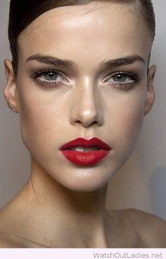 Krásná ukázka toho, jak funguje rozzáření očí díky použití perleťových očních stínů do vnitřních koutků očí. Chcete se naučit víc triků? Objednejte si kurz na www.vizazprotvar.cz