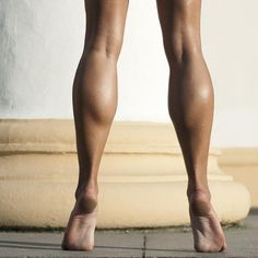 Check out these seven great exercises that will workout your calf muscles. Unlike other parts of your body, your calves respond best to hypertrophy training, which focuses on tearing the muscle fibers so that they grow back stronger. Fitness Motivation, Fitness Goals, Fitness Tips, Health Fitness, Calf Exercises, Calf Workouts, Estilo Fitness, Calf Muscles, Muscle Fitness