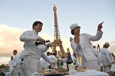 Zusammen speisen: In Paris hat sich das White Dinner aus einer Idee auf Facebook heraus entwickelt.