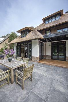 Luxusveranda in einer strohgedeckten Villa Veranda Ideen im Freien