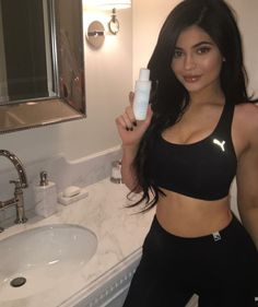 Back to brunette? Kylie Jenner was contemplating a return to her brunette roots on Monday, as she shared a throwback photo Kim Kardashian Kylie Jenner, Looks Kylie Jenner, Estilo Kylie Jenner, Kendall And Kylie Jenner, Kyle Jenner, Pacsun, Irina S, Jenner Sisters, Pink Sports Bra