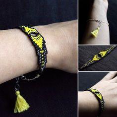 """""""Le tissage du bracelet noir et jaune est terminé, mais le montage en bracelet n'est pas encore fait. Pour vous faire patienter, je vous propose un collier…"""""""