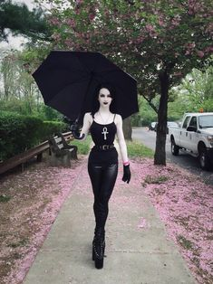 Top Gothic Fashion Tips To Keep You In Style. As trends change, and you age, be willing to alter your style so that you can always look your best. Consistently using good gothic fashion sense can help Dark Fashion, Gothic Fashion, Fashion Looks, Steampunk Fashion, Emo Fashion, Fashion Ideas, Goth Beauty, Dark Beauty, Style Emo