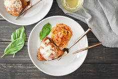 This Healthy Chicken Parmesan is such a flavorful and delicious kid-friendly dinner! includes 21 Day Fix container counts and WW Points (for all plans! Chicken With Olives, Raw Chicken, Crispy Chicken, Healthy Chicken Parmesan, Healthy Chicken Dinner, Marinara Recipe, What Recipe, Ww Points, Cooking With Olive Oil