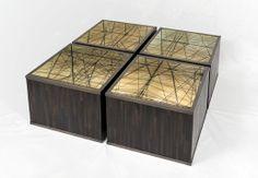 Ces boites ont été juxtaposées pour former une table basse. La surface est en verre, les parois intérieures sont des miroirs qui reflètent en kaléidoscope les motifs du fond en marqueterie de paille. Un puits de lumière et un effet de volume étonnants ! Création Laurent Lévêque