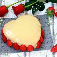 Pastel corazón de chocolate blanco y fresas