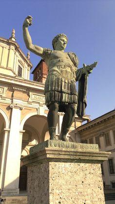 Statua dell'imperatore Costantino presso San Lorenzo Maggiore a Milano. Copia da originale romano.