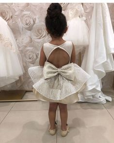"""Mi piace"": 628, commenti: 12 - L U X U R Y Flowergirl Dresses (@vintagerosebyhannahaj) su Instagram: ""With spring time now here it's time for our flower girls to shine in our Mirna Gown!…"""