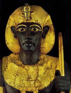 """Esta estatua con el tocado """"khat"""", y otra igual con el pañuelo """"nemes"""", a tamaño natural, guardaban la entrada de la cámara funeraria del rey Tutankhamón. Museo Egipcio, El Cairo."""