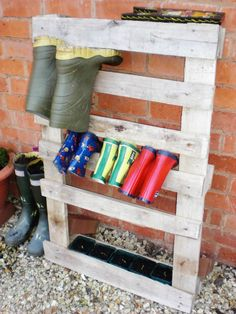 Pallets Old A wooden pallet as a welly stand - Check out these ingenious ways of re-using old pallets. Find out how to make a bar, a log store, a planter and more! Old Pallets, Pallets Garden, Recycled Pallets, Wooden Pallets, Woodworking Software, Woodworking Bench Plans, Woodworking Classes, Diy Wooden Projects, Wooden Diy