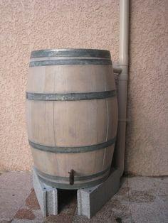 Un tonneau récupérateur d'eau de pluie
