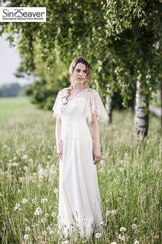 Schlichtes Brautkleid mit einem Hauch von SinWeaverFashion auf Etsy