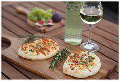 Schmand-Fladen mit Lachs oder Schinken sind genau die richtige Mahlzeit zu einem leckeren Weißwein jetzt in der Herbstzeit.