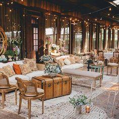 COMPLETAMENTE APAIXONADAS! Que decoração incrível feita pela talentosa @taispuntel! Tudo que a Tais faz é lindo! Amamos as cadeiras de ferro, o baú, as luzinhas, a paleta de cores escolhida, as almofadas, o tapete... Tudo lindo e inspirador! ❤️ {Foto: @julinhoverbalizefotografia} #decoracaodecasamento #decoracao #casamento #amolapisdenoiva