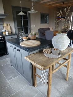 Robuuste hoge tafel tegen het werkeiland, geeft de keuken een wat stoerdere uitstraling!