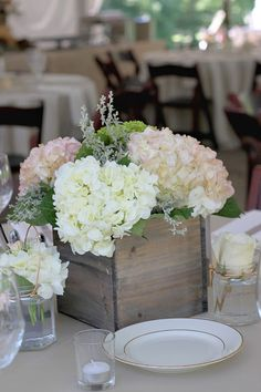 Simple hydrangea centerpiece: make them more rustic with wooden box Chic Wedding, Wedding Table, Rustic Wedding, Our Wedding, Dream Wedding, Wedding White, Wedding Ideas, Wedding Inspiration, Tipi Wedding