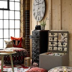 Eclectic room (exposed brick wall, wooden panels, ethnic cushions...) with a vintage touch / Ambiente ecléctico (ladrillo visto, paredes de madera, cojines tribales...) con un aire vintage.