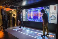 José Ignacio Fernández Vera,director de la FECYT, y Marián del Egido,directora del MUNCYT, probando el nuevo túnel interactivo del museo./ Olmo (SINC)