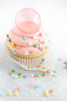 Sprinkle Bakes: Bubble Gum Frosting Cupcakes with Gelatin Bubbles