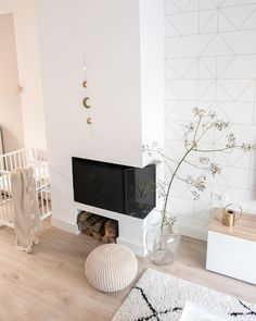 White livingroom with fireplace, berber rug and golden accessoires Modern Fireplace, Berber Rug, Scandinavian Style, Decoration, Floating Nightstand, Interior Styling, Living Room Decor, Sweet Home, Flooring