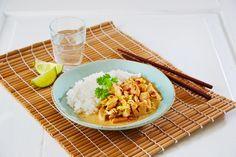 Oppskrift på Tom Kah Gai - en av Thailands nasjonalretter. Dette er en nydelig kyllingrett med kokos. En favoritt hos mange rundt om i verden. Thai Recipes, Snack Recipes, Snacks, Wok, Risotto, Macaroni And Cheese, Grains, Thailand, Rice