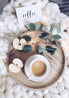 Product styling with coffee beautiful flatlay emmarosecompany 547046685985886604 Coffee And Books, Coffee Love, Coffee Break, Morning Coffee, Coffee Shop, Coffee Cups, Coffee Barista, Flat Lay Photography, Coffee Photography