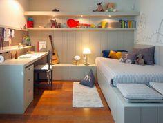 Outro quarto com marcenaria bem planejada: escrivaninha, prateleira e muitas gavetas. Adorei a cor da laca, super atual. Via Bebê com Estilo (amo esse blog!).