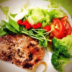 #15diasbichoeplanta no almoço de domingo: bisteca suína  brócolis  e salada (alface rucula tomate pepino cebola e pimenta biquinho). Boa tarde!!! #vaninhafit #domingo #almoçodedomingo by vaninhafit