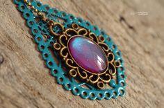 Collier sautoir long 70 cm et son pendentif émaillé + cabochon aux reflets violet turquoise